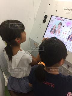 プリクラで遊ぶ小学生女子 写真はもはや別人笑の写真・画像素材[2597985]