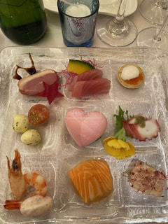 食べ物をテーブルの上に置くの写真・画像素材[2937393]