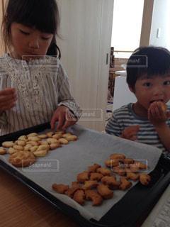 食べ物を食べている小さな男の子の写真・画像素材[3203268]