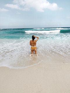浜辺でフリスビーを演奏する男の写真・画像素材[2348436]