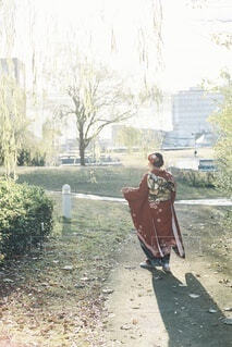 女性,風景,空,屋外,赤,女の子,樹木,人,イベント,地面,和服,お祝い,晴れ着,前撮り,振袖,富山,成人式,20歳,和装,行事,環水公園,成人の日,赤い振袖