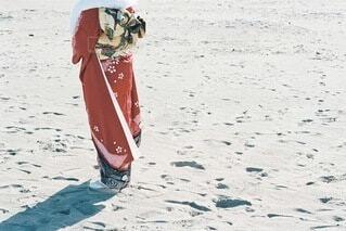 女性,自然,風景,海,空,屋外,赤,ビーチ,雲,砂浜,水面,海岸,女の子,人,イベント,和服,お祝い,晴れ着,前撮り,振袖,富山,成人式,20歳,和装,行事,成人の日,赤い振袖,岩瀬浜