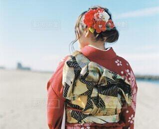 女性,自然,風景,海,空,屋外,赤,ビーチ,雲,水面,海岸,女の子,人,イベント,和服,お祝い,晴れ着,前撮り,振袖,富山,帯,成人式,20歳,和装,行事,成人の日,赤い振袖,岩瀬浜