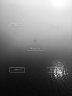 水の体に沈む夕日の写真・画像素材[814040]