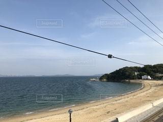 海に隣接するビーチの眺めの写真・画像素材[2357595]