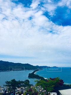 山を背景にした大きな水域の写真・画像素材[2351508]