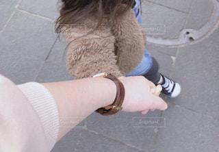 手を繋いで散歩の写真・画像素材[2366177]