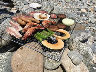 岩の上に座っている食べ物の束の写真・画像素材[2368465]