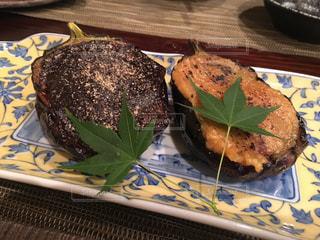 テーブルの上にケーキのスライスが入った食べ物の皿の写真・画像素材[2393508]