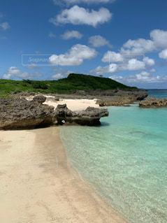 水域の隣にある岩の多いビーチの写真・画像素材[2352221]