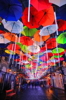 カラフルな傘の写真・画像素材[2355006]