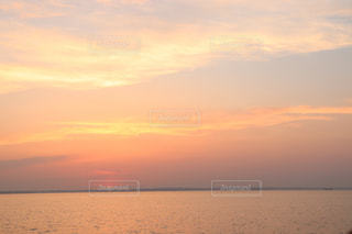 浜辺の夕日の写真・画像素材[2353108]