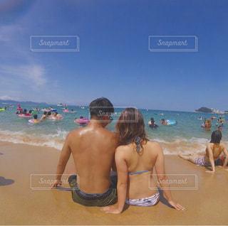 浜辺の人々のグループの写真・画像素材[2354218]