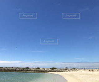 真っ青な空と綺麗な海の写真・画像素材[2355308]