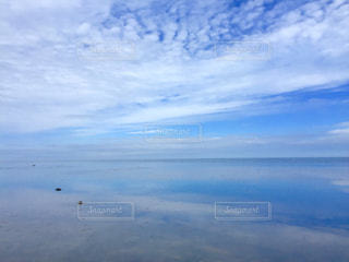海と青空、凪のひとときの写真・画像素材[2357213]