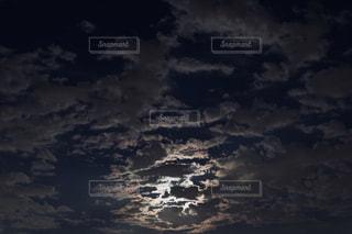 月明かりと雲の写真・画像素材[2416231]