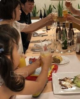 家族,お店,グラス,料理,幼児,乾杯,ドリンク