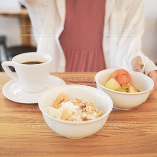 ボウルの食べ物とコーヒー1杯の写真・画像素材[2497780]