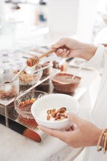 食べ物の皿を持っている人の写真・画像素材[2497784]