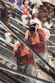 鏡越しのカメラ女子の写真・画像素材[2714933]