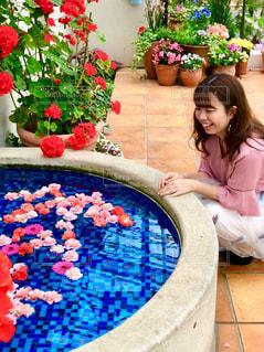 庭の小さな女の子の写真・画像素材[2359923]