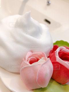 もこもこ泡と薔薇の写真・画像素材[2363824]