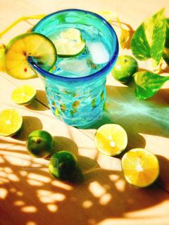 テーブルの上にバナナとオレンジの写真・画像素材[3503069]