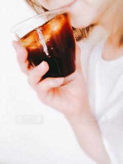 女性,飲み物,インテリア,アイスコーヒー,水,手,氷,ガラス,コップ,人,食器,ライフスタイル,飲む,ソフトド リンク