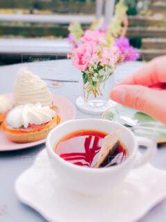 テーブルの上のピンクの花のクローズアップの写真・画像素材[3855997]