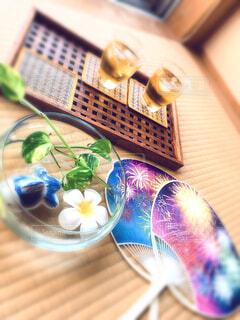 うちわと麦茶の写真・画像素材[4700605]