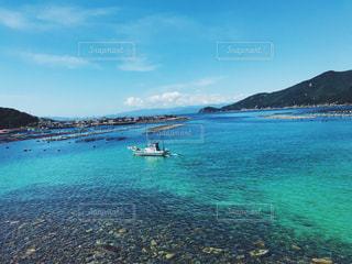 水域の真ん中にある島の写真・画像素材[2361350]