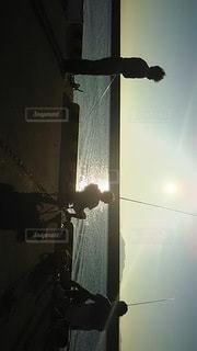 親子で早朝の魚釣りの写真・画像素材[2368880]