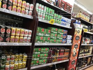 缶ビールでいっぱいの店の棚の写真・画像素材[2370749]