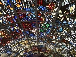 ステンドグラスの大きな窓の写真・画像素材[2366807]