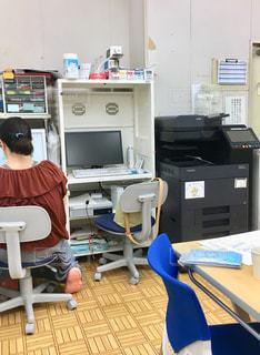経理の仕事をする女性の写真・画像素材[2406319]