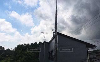 曇りと晴れの家の写真・画像素材[2411473]