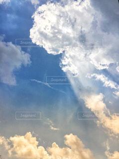 雲の隙間から漏れるひかりの写真・画像素材[2411477]