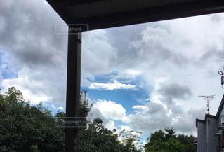 曇り空から覗く秋空の写真・画像素材[2411711]
