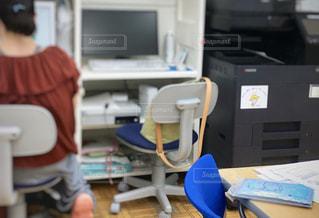 事務所で経理の仕事をする女性と通帳の写真・画像素材[2414468]