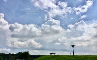 公園の東屋と空の雲の写真・画像素材[2417040]