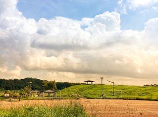 空に雲のある大きな緑の公園の写真・画像素材[2419570]