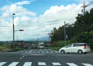交差点から見る雲のある景色の写真・画像素材[2425872]