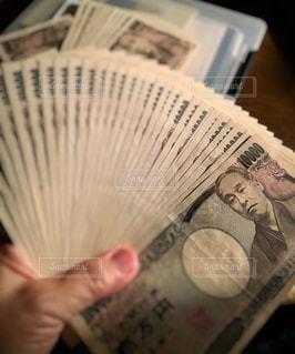 開いた一万円札の札束の写真・画像素材[2428060]