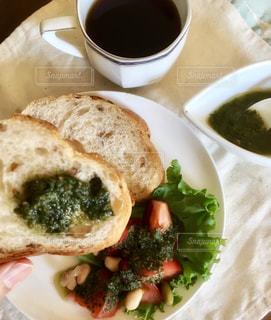 朝食のパンを持つ手の写真・画像素材[2482491]