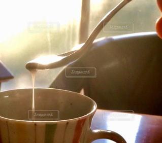 テーブルの上でコーヒーを一杯飲むの写真・画像素材[2495973]