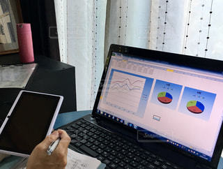 屋内,カーテン,手,家,テーブル,ペン,パソコン,ボトル,メモ,バインダー,ノートパソコン,PC,ビジネス,成果,タブレット,グラフ,モバイル,アンケート,リモートワーク,データ,コワーキングスペース,ビジネスシーン,働き方改革,タブレット端末,マーケティングリサーチ