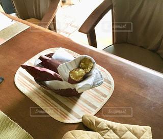 テーブルの上の焼き芋の写真・画像素材[2607670]