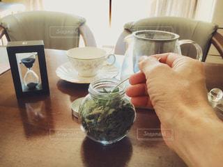 紅茶とドライハーブのフレーバーティーの写真・画像素材[2642183]