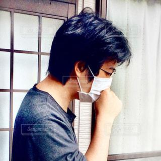 マスクをして咳き込む男性の写真・画像素材[2722574]