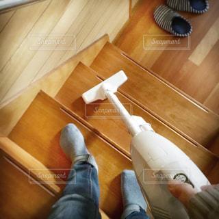 ハンディクリーナーで階段掃除の写真・画像素材[2768479]